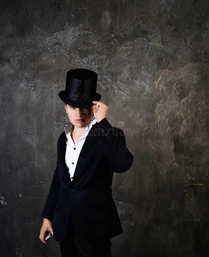 Человек Illusionist в шляпе цилиндра стоковое изображение