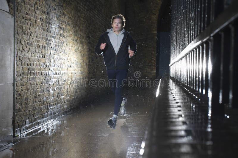 Человек Jogging на ноче стоковые изображения rf