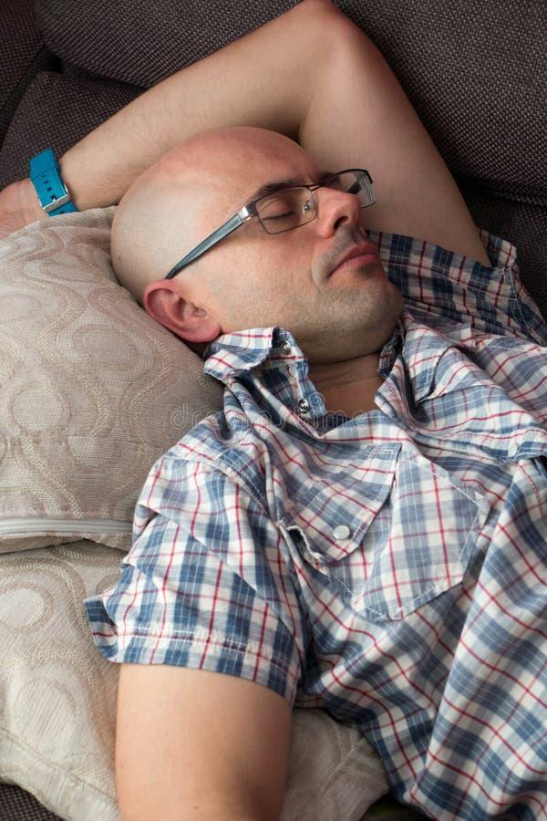 Человек napping на кресле стоковые изображения
