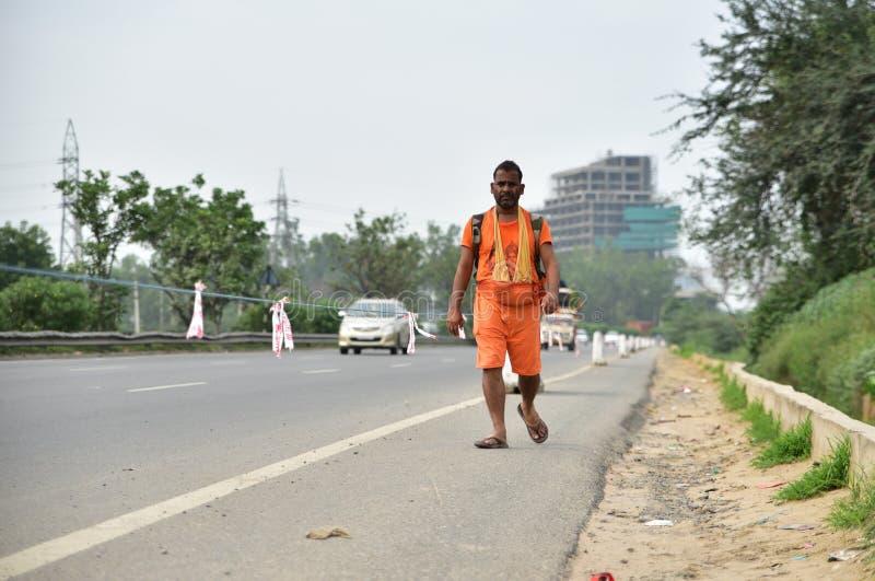 Человек perfroming Kanvar Yatra или Kavad Yatra (слова) Хинди, ежегодное паломничество подвижников Shiva стоковое фото
