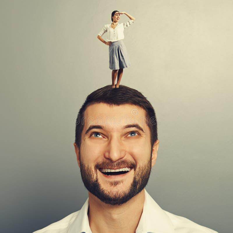 Человек Smiley смотря счастливую малую женщину стоковые изображения rf