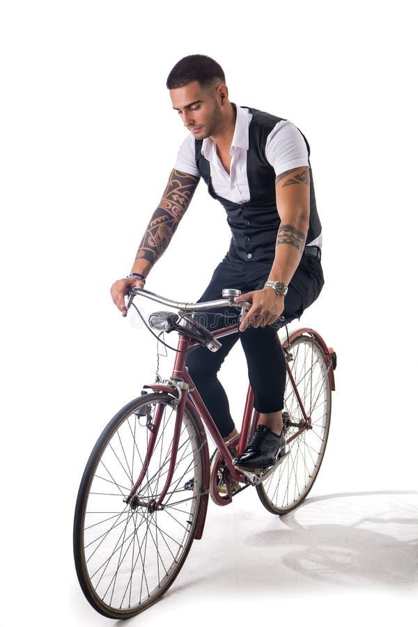 Человек Tattoed элегантный задействуя на велосипеде стоковые изображения rf