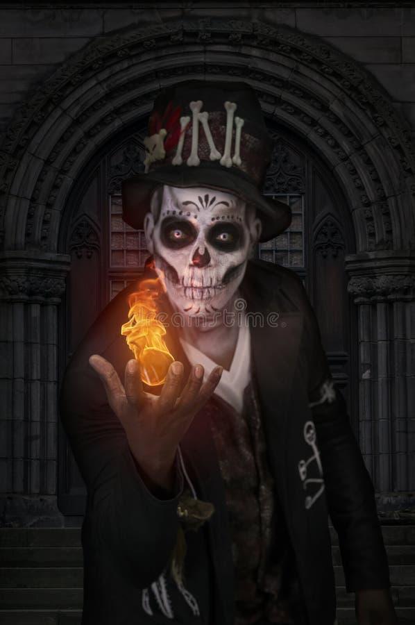 Человек Voodoo играя с огнем стоковые фото