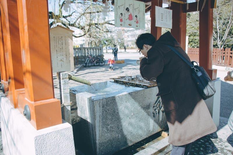 Человек, worshipper очищает тело и дух на тазе воды стоковая фотография rf