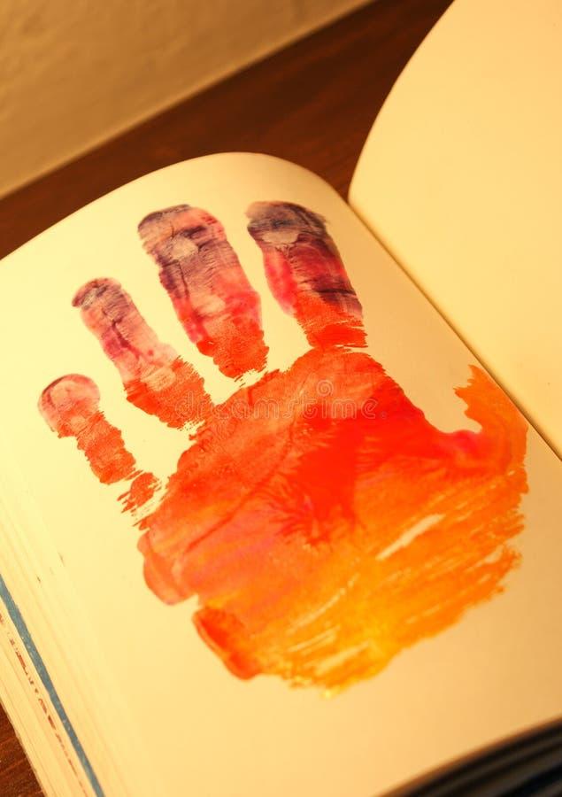 Download Человеческая рука покрашенная на тетради Стоковое Изображение - изображение насчитывающей перста, художничества: 81809945