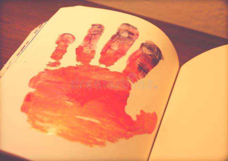 Download Человеческая рука покрашенная на тетради Стоковое Фото - изображение насчитывающей силуэт, художничества: 81809958