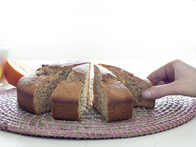 Человеческая рука принимая кусок пирога изолированный на белизне стоковая фотография rf