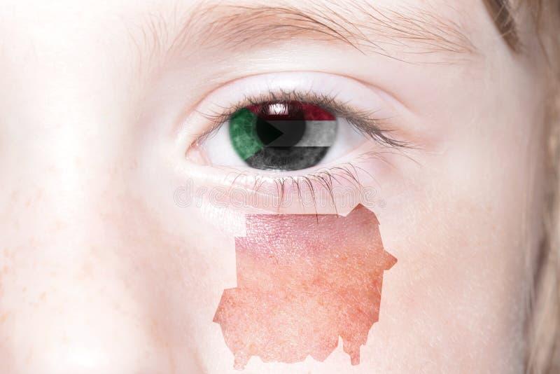 Человеческая сторона ` s с национальным флагом и картой Судана стоковая фотография rf