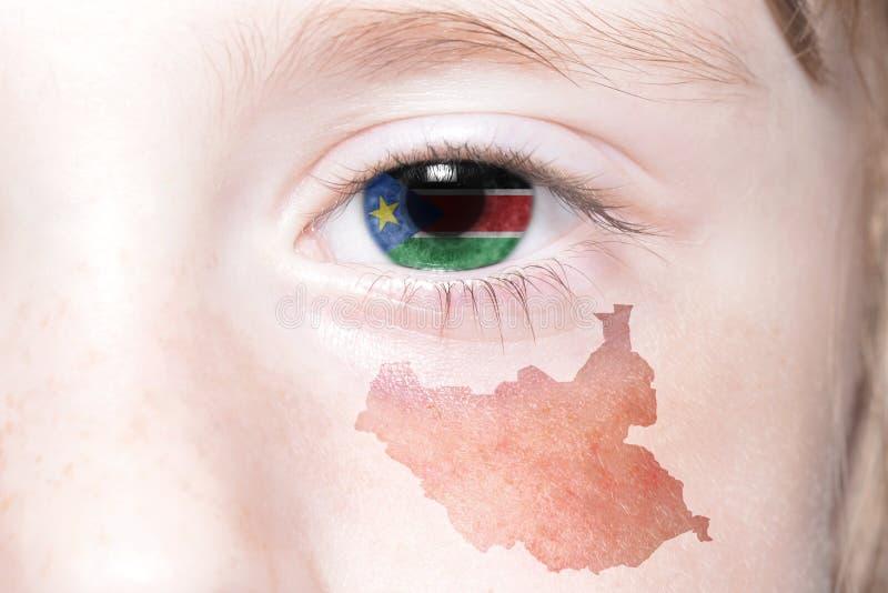 Человеческая сторона ` s с национальным флагом и картой южного Судана стоковая фотография rf