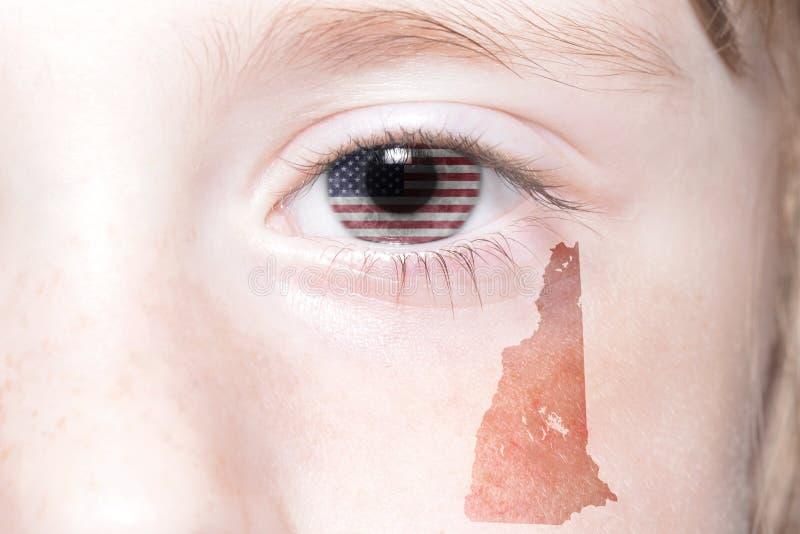 Человеческая сторона ` s с национальным флагом Соединенных Штатов Америки и Нью-Гэмпшир заявляют карту стоковое фото