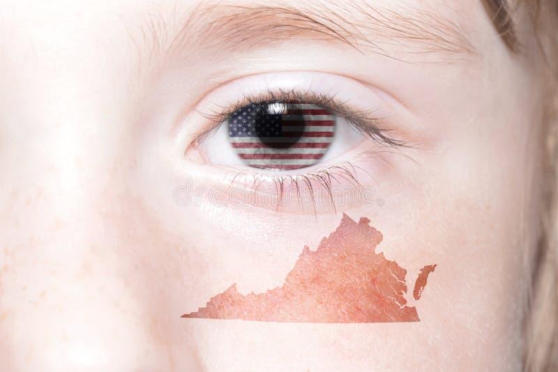 Человеческая сторона ` s с национальным флагом Соединенных Штатов Америки и Вирджиния заявляют карту стоковое изображение rf