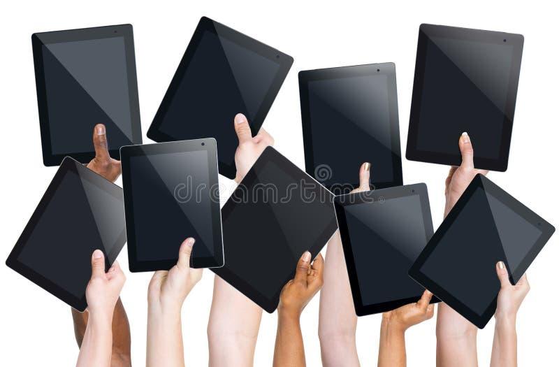 Человеческие руки держа таблетки цифров стоковое фото