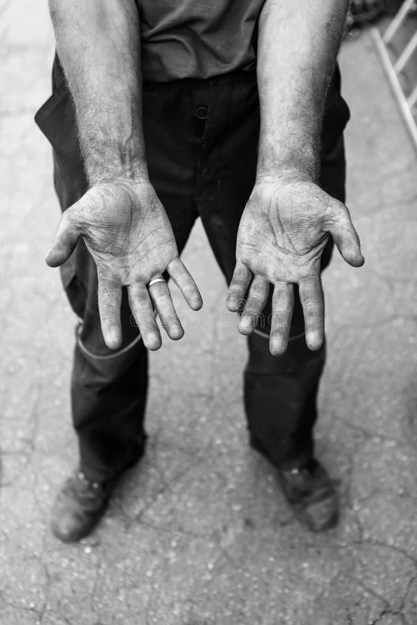 Человеческие руки работая на продукции Затяжелитель 29-ти летний напольная стрельба стоковое фото