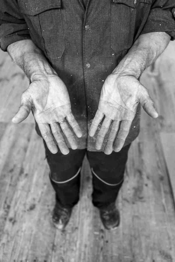 Человеческие руки работая на продукции Плотник, столяр-краснодеревщик 54 стоковое изображение