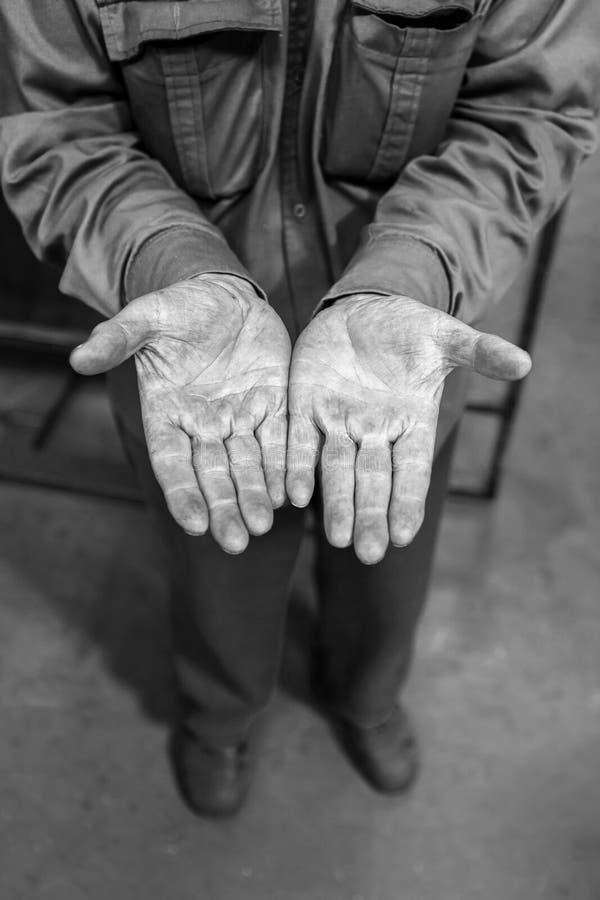 Человеческие руки работая на продукции Сварщик электрических и газа стоковая фотография rf