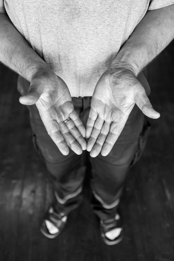 Человеческие руки работая на продукции Стеклодув 41-ти летний напольная стрельба стоковая фотография rf