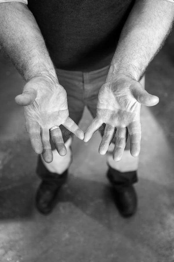 Человеческие руки работая на продукции Powertrain механика 43 y стоковое изображение