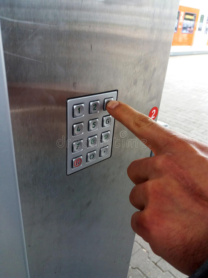 Человеческий отжимать руки номера на машине для продажи стоковые изображения