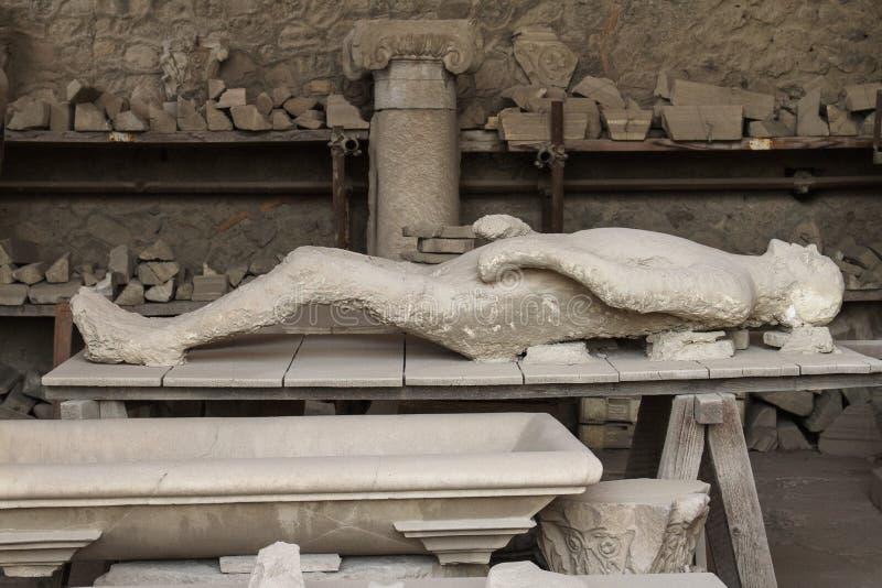 Человеческое тело жертвы брошенное от Помпеи стоковое фото rf