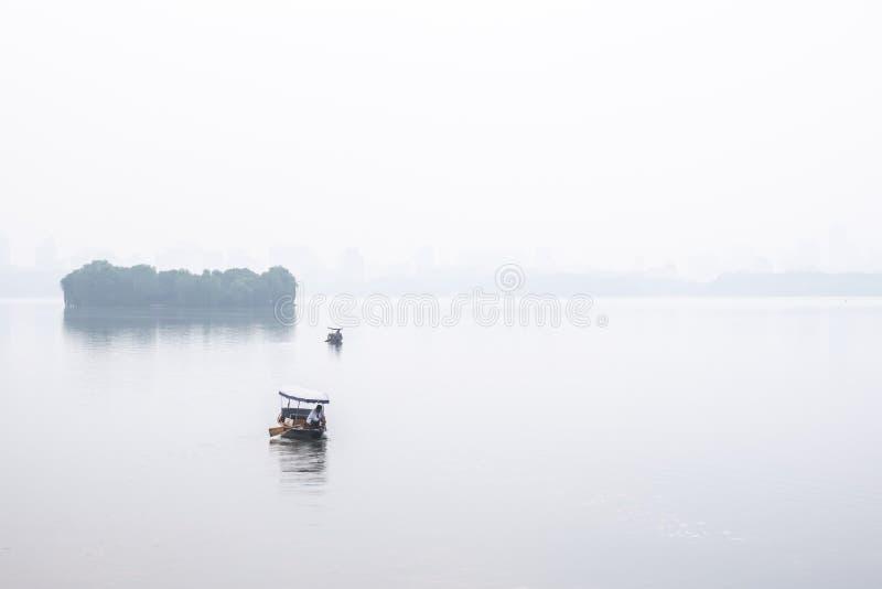 Чжэцзян, Китай - 20-ое мая 2019: Взгляд западного озера в утре, где пресноводное озеро в Ханчжоу стоковое фото