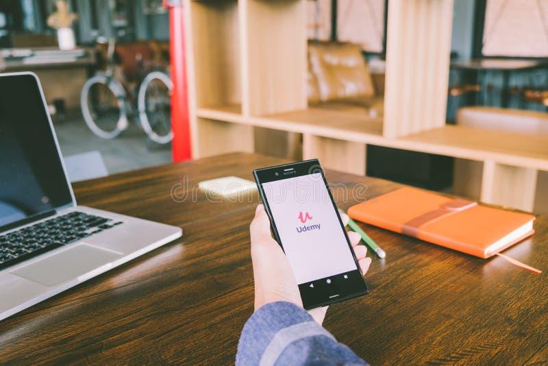 ЧИАНГМАЙ, ТАИЛАНД - 7,2018 -го июль: Человек держит мобильный телефон используя стоковые фото