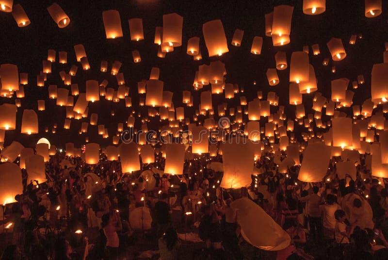 ЧИАНГМАЙ, ТАИЛАНД - 24-ое ноября 2012: Туристы запуская Kho стоковые изображения rf