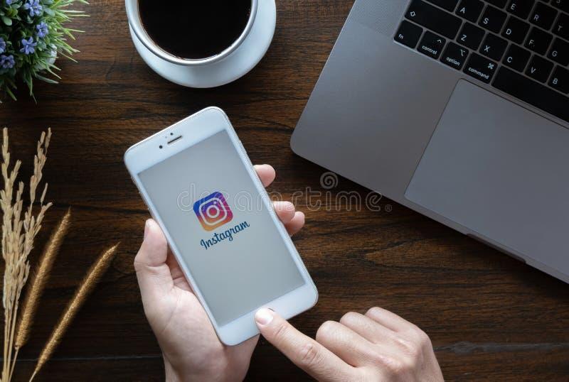 ЧИАНГМАЙ, ТАИЛАНД - 20-ое января 2019: Iphone 6 удерживания руки женщины с начальным экраном применения instagram Instagram стоковые изображения rf