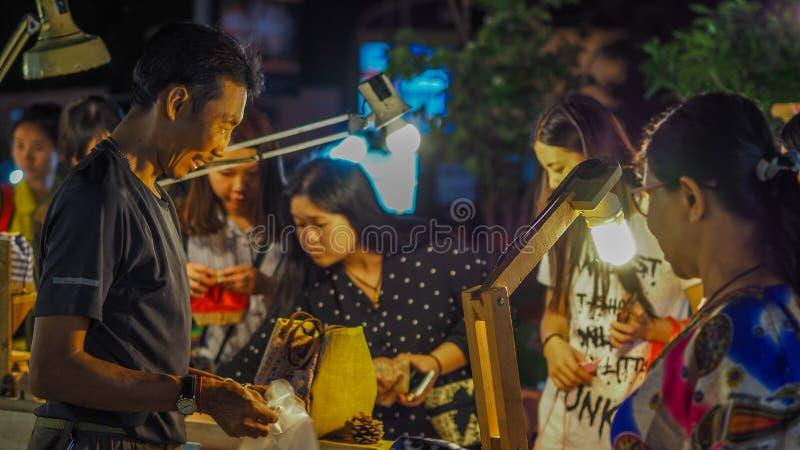 ЧИАНГМАЙ, Таиланд-Auust 06,2017: Улица рынка воскресенья идя, неопознанные туристы используемые для того чтобы путешествовать так стоковое фото
