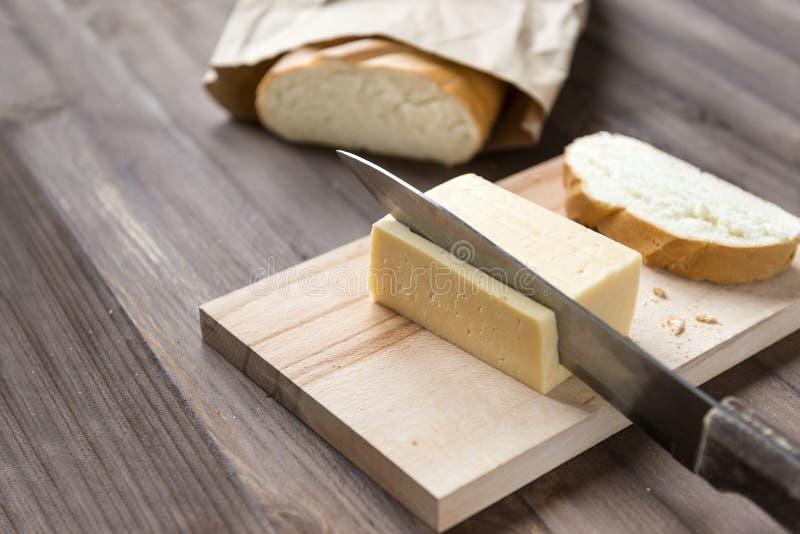 Чизкейки, блинчики, блинчики творога, плита, 4, чизкейк, чизкейк, белая плита, белизна, вилка, нож, салфетка, коричневый, деревян стоковое фото