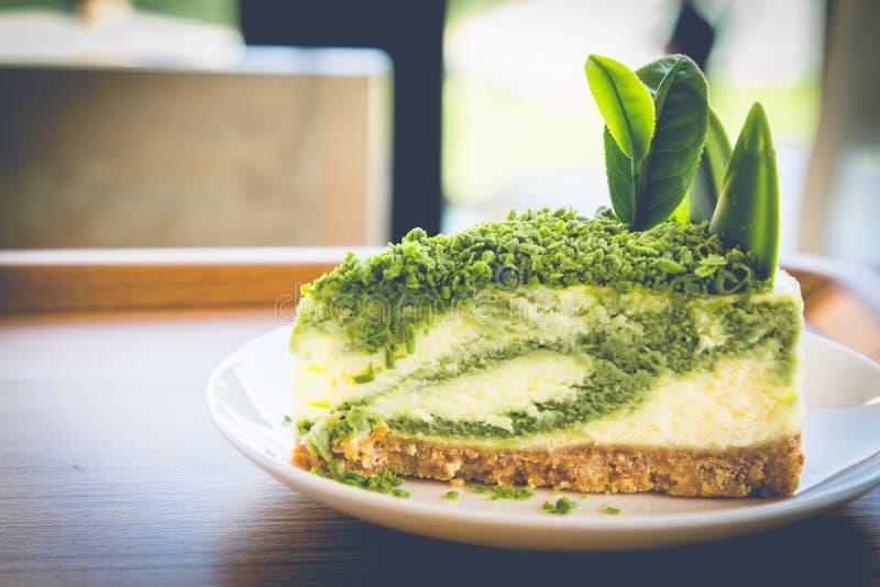 Чизкейк зеленого чая на белом блюде стоковая фотография