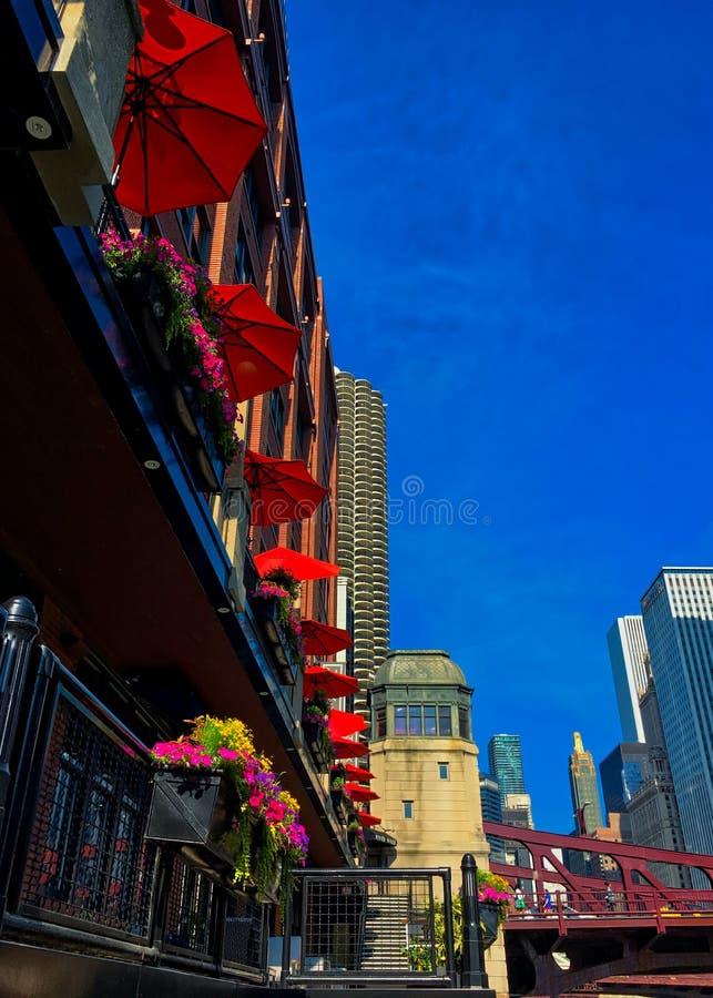 Чикаго, взгляд низкого угла, смотря вверх к красочным зонтикам, цветочным горшкам и другому городскому пейзажу стоковое изображение