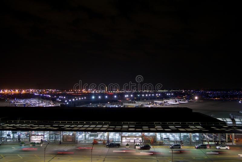 ЧИКАГО, ИЛЛИНОЙС, СОЕДИНЕННЫЕ ШТАТЫ - 11-ое мая 2018: Вне международного аэропорта зайцев ` Чикаго o на ноче с некоторым стоковая фотография