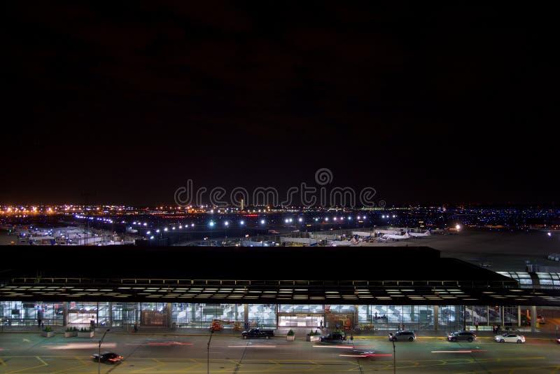 ЧИКАГО, ИЛЛИНОЙС, СОЕДИНЕННЫЕ ШТАТЫ - 11-ое мая 2018: Вне международного аэропорта зайцев ` Чикаго o на ноче с некоторым стоковые фотографии rf