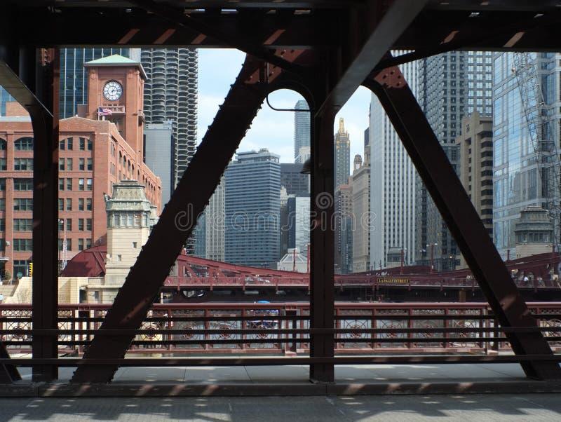 Чикаго под мостом стоковая фотография