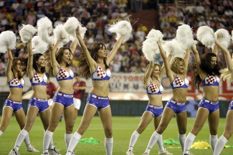 Чирлидеры выполняя во время футбольной игры стоковые фото