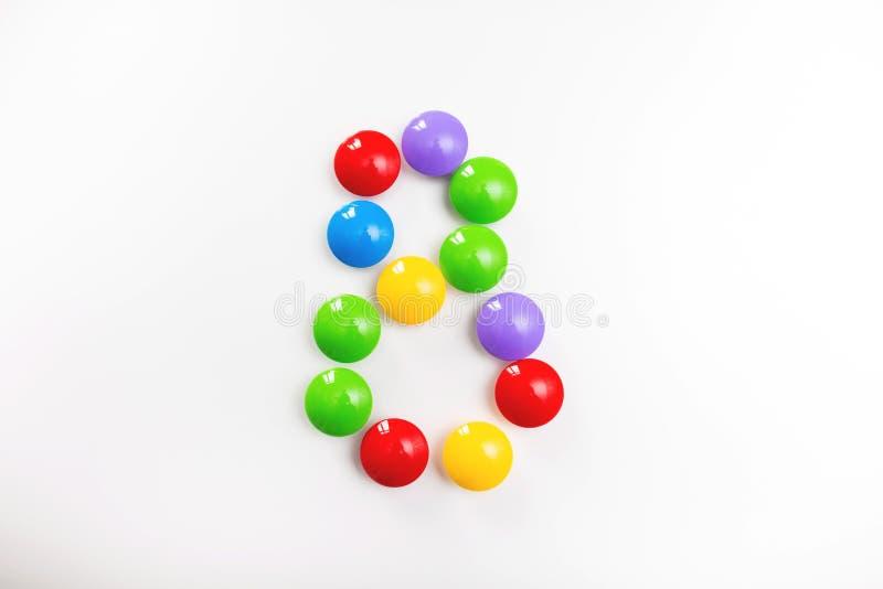 Число 8 сделало из игрушек детей Пестротканые диаграммы для игр стоковая фотография