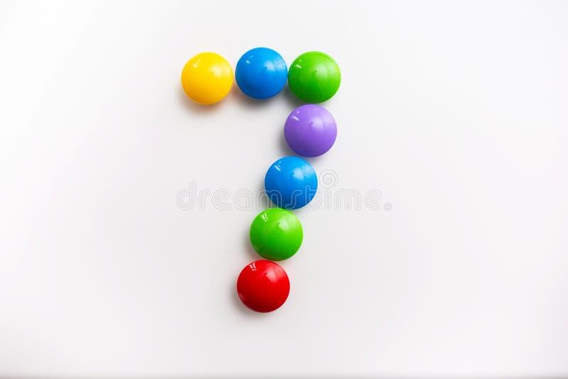 Число 7 сделало из игрушек детей Пестротканые диаграммы для игр стоковое изображение rf