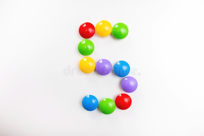 Число 5 сделало из игрушек детей Пестротканые диаграммы для игр стоковые изображения