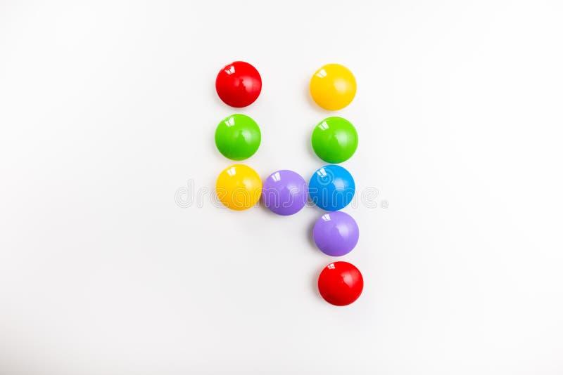 Число 4 сделало из игрушек детей Пестротканые диаграммы для игр стоковое фото rf
