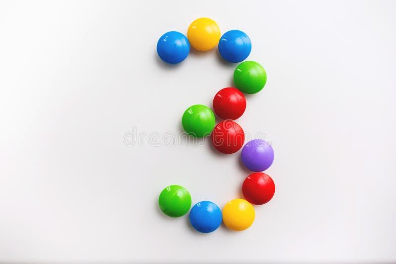 Число 3 сделало из игрушек детей Пестротканые диаграммы для игр стоковое фото