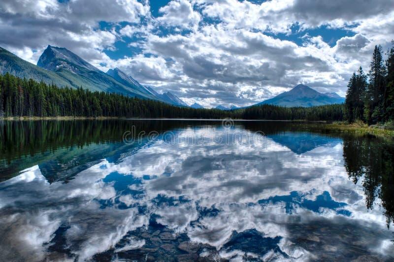 Чистая вода, горы и отражения стоковая фотография rf