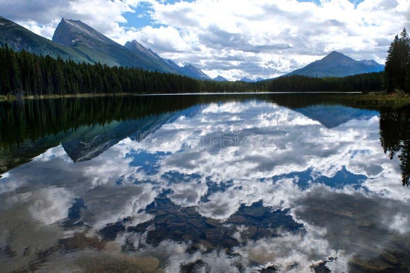 Чистая вода, горы и отражения стоковая фотография