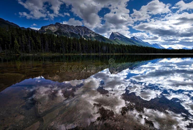 Чистая вода, горы и отражения стоковое изображение rf
