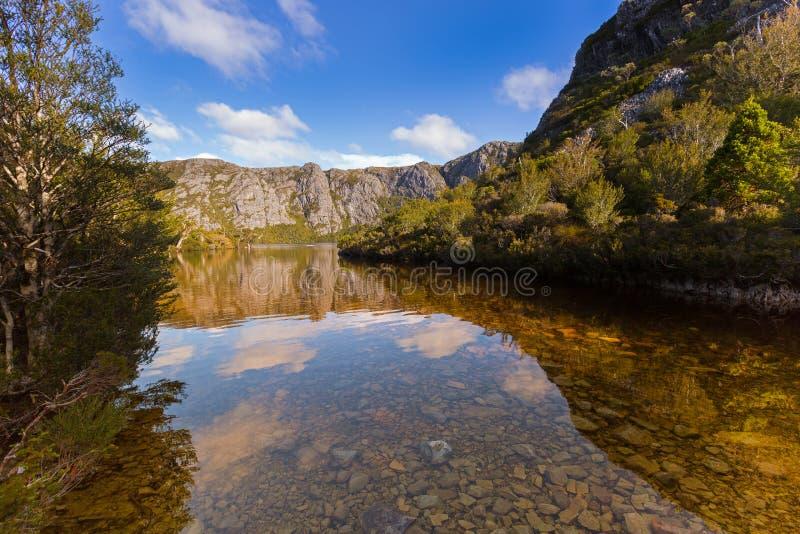 Чистая вода на скалистом банке озера кратер окруженном держателем стоковое изображение