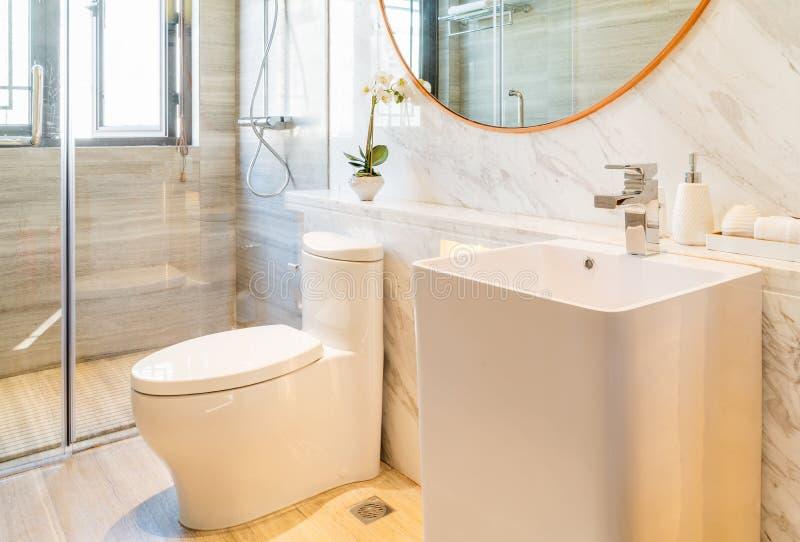 Чистая и яркая ванная комната стоковые фотографии rf