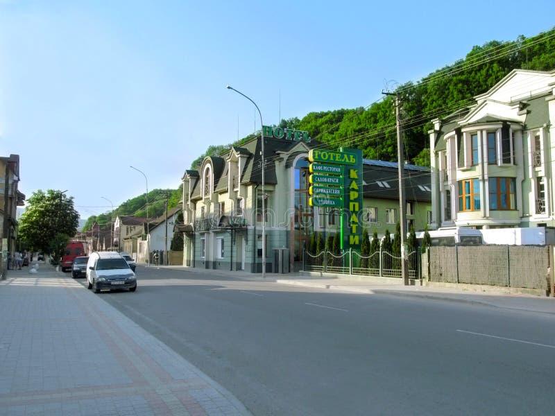 Чистая современная улица с коттеджами на предпосылке гор в захолустном украинском городке стоковые фотографии rf