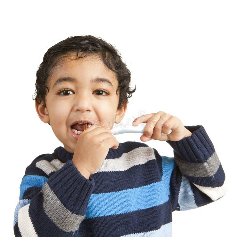 чистить его малыша щеткой зубов портрета стоковое фото rf