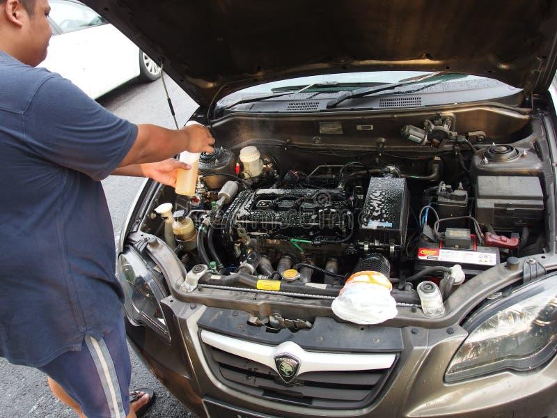 Чистка двигателя автомобиля стоковые изображения rf