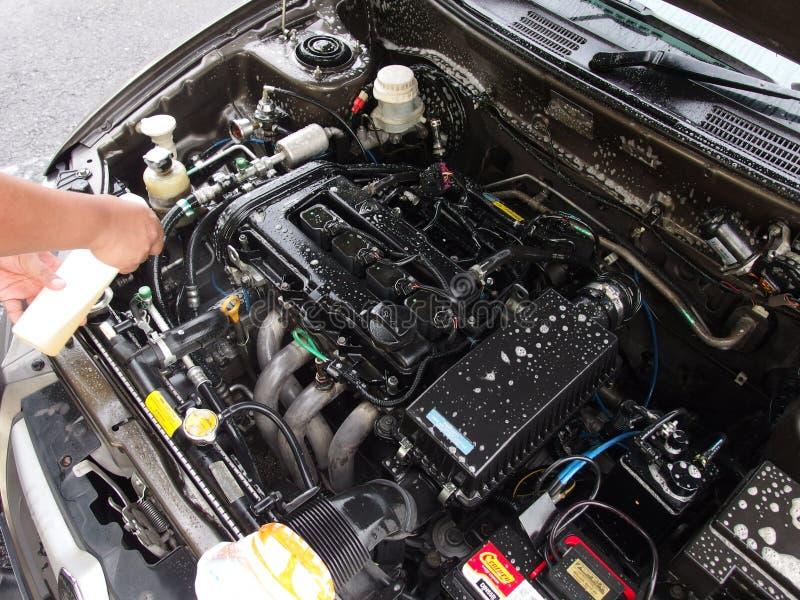 Чистка двигателя автомобиля стоковое изображение rf