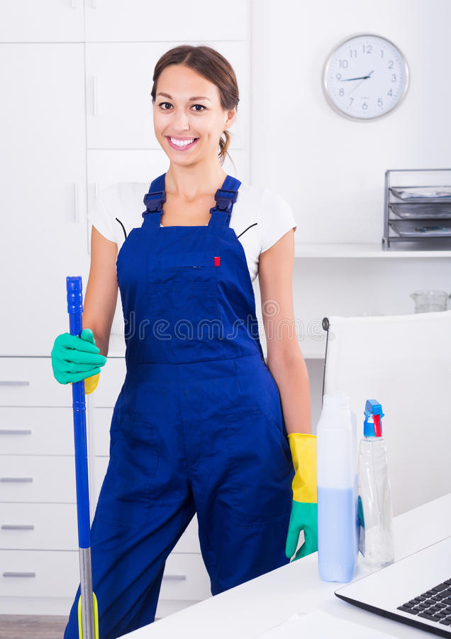 Чистка женщины на офисе стоковые фото